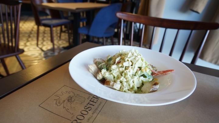 Салат с цыпленком-грил под соусом из авокадо 300г - 97 грн.